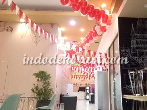 foto dekorasi balon hut ri di kantor